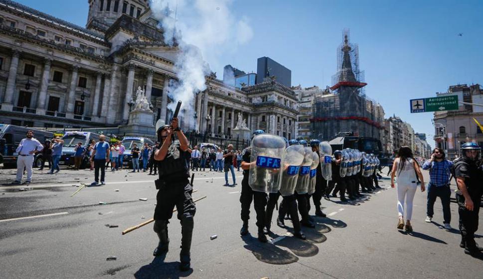 Sindicatos y sectores de la oposición se movilizaron y provocaron duros choques con las fuerzas de seguridad. Foto : La Nación / GDA