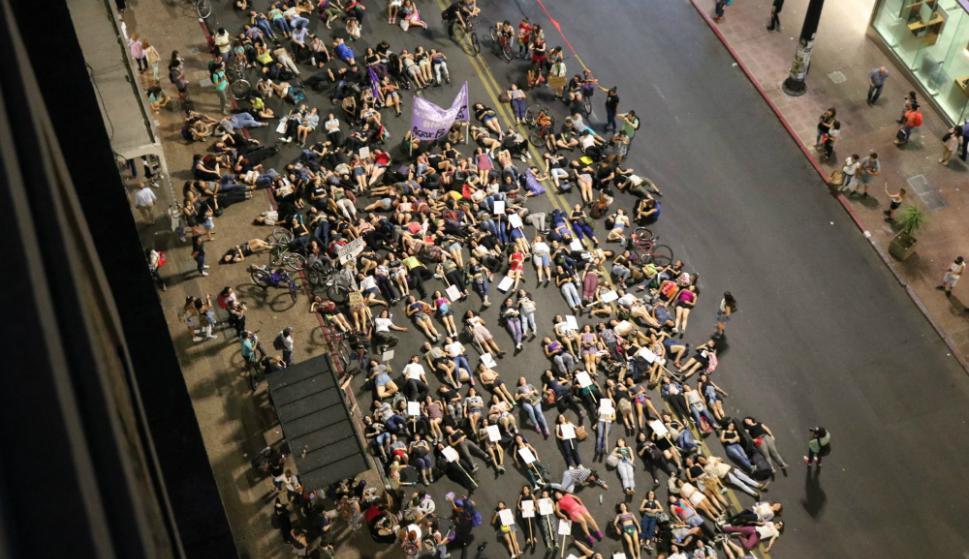 Performance masiva: en 18 de Julio entre Yi y Yaguarón las mujeres se manifestaron ayer repudiando la violencia de género. Foto: Jorge Bueno
