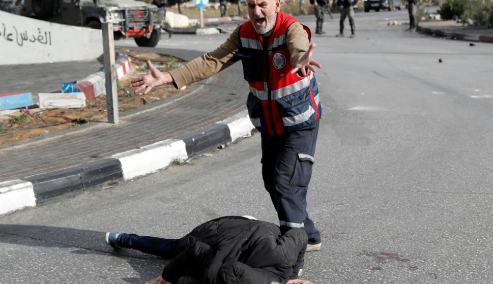 Un joven, que aparentemente llevaba un cinturón de explosivos, fue herido de bala por tropas israelíes. Foto: Reuters