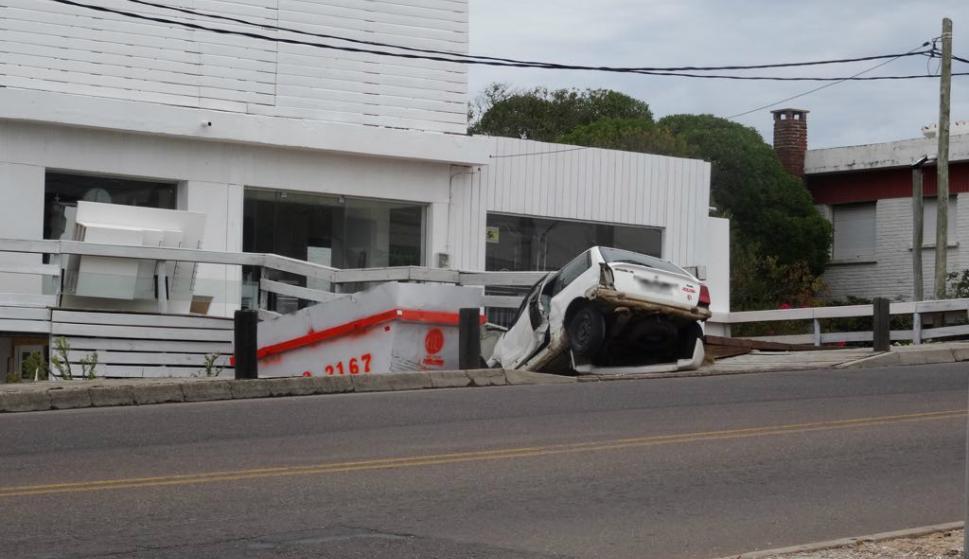 Un auto se estrelló contra un local comercial en La Barra. Foto: Ricardo Figueredo.