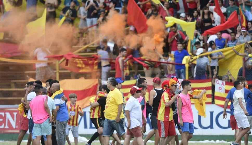 Los jugadores de Progreso festejando el ascenso a Primera. Foto: Marcelo BonjourLos hinchas de Progreso festejando el ascenso a Primera. Foto: Marcelo Bonjour
