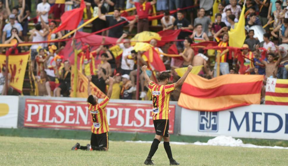 Los jugadores de Progreso festejando el ascenso a Primera. Foto: Marcelo Bonjour