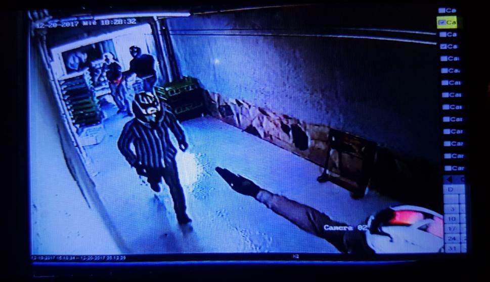 Usaron un revólver para amenazar a trabajador que los llevó a la caja fuerte. Foto: El País