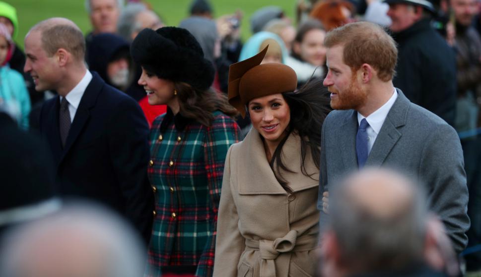 Los príncipes Harry y Guillermo con sus parejas al llegar a la misa de Navidad. Foto: Reuters