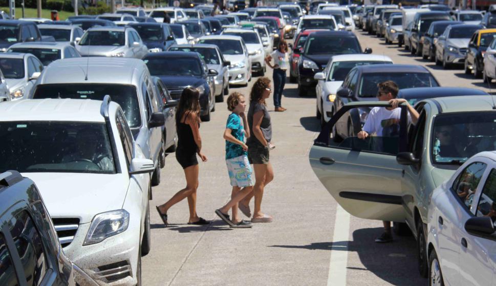 Turistas ingresando por el puente San Martín. Foto: Daniel Rojas