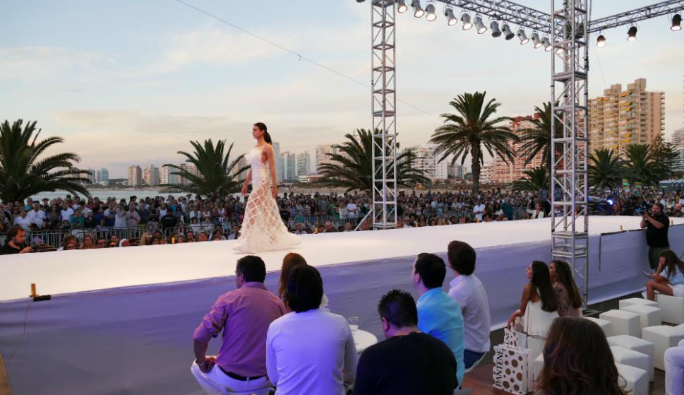 Cristino inauguró la temporada estival con un mega desfile en Punta del Este. Foto: Ricardo Figueredo