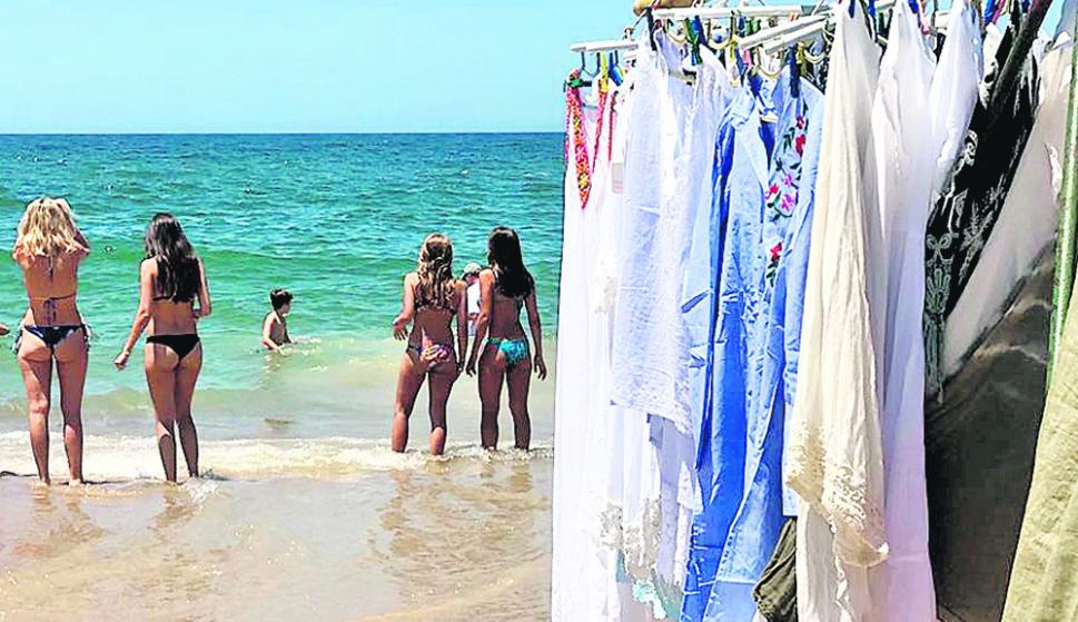 Mientras algunas chicas disfrutan del agua cristalina de Montoya, otras curiosean precios en los tenderetes de los vendedores de playa. Foto: El País