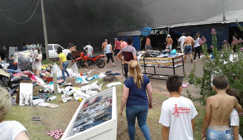 Incendio de varios locales en paseo de compras en la entrada a Salto. Foto: Luis Pérez