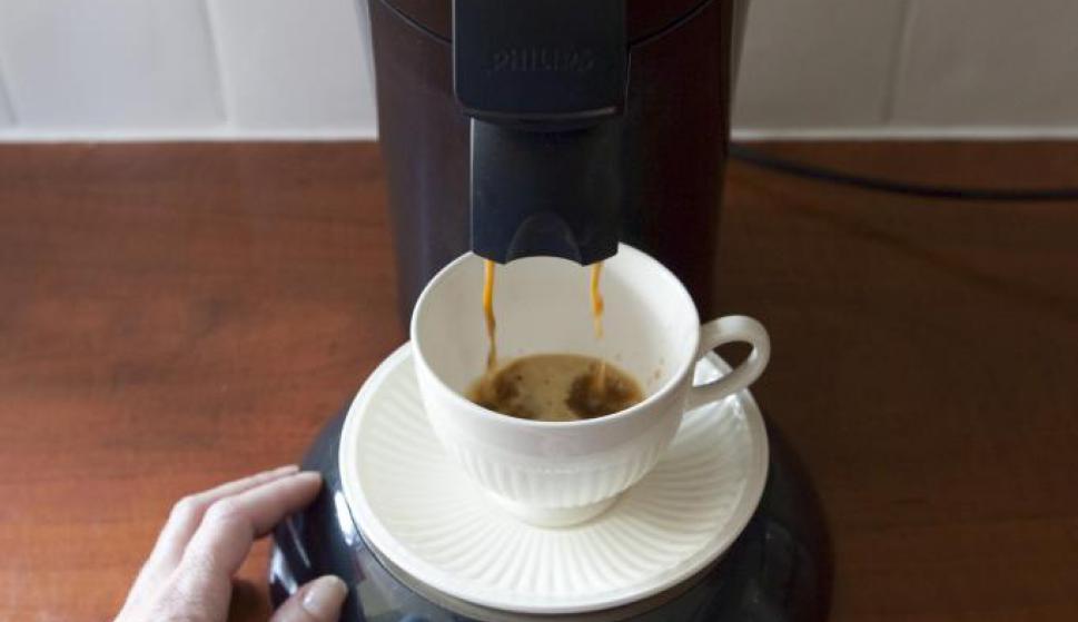 Una cafetera eléctrica no es un electrodoméstico muy común, pero si tiene una en casa, consumirá poco más de 1 vatio por cada hora que no la use y permanezca enchufada. Foto: Archivo El País