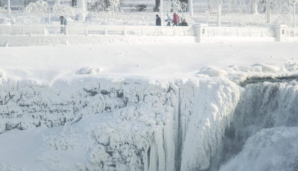 Congeladas: las cataratas del Niágara, en el estado de Nueva York, presentan esa inusual escena. Foto: AFP