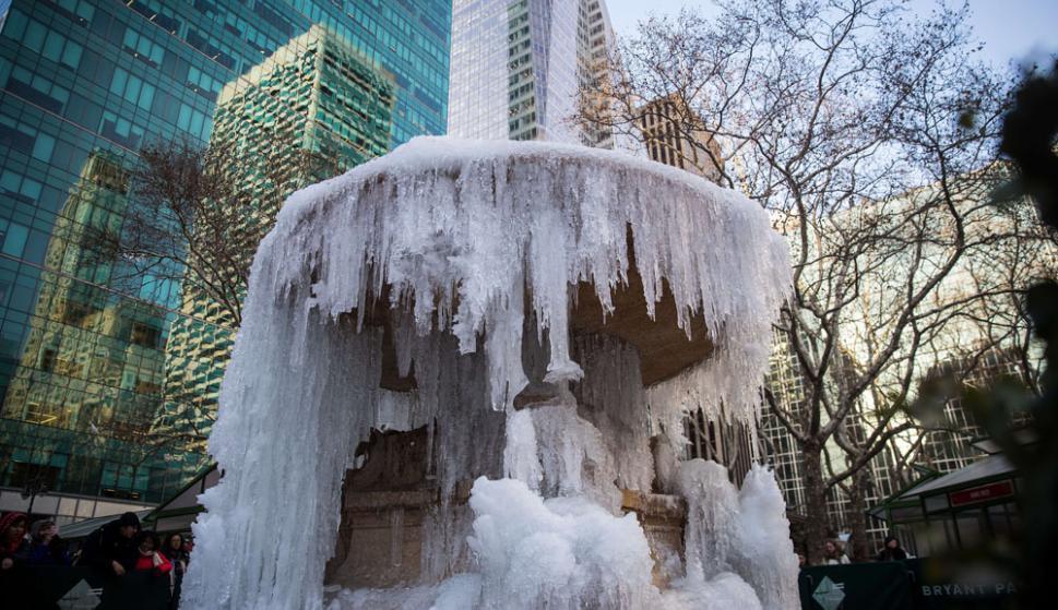 Hielo: una fuente congelada en el Bryant Park, en Manhattan. Foto: AFP