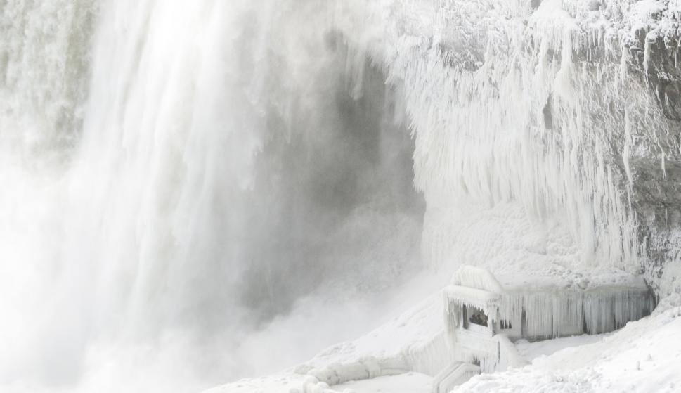 Las cataratas del Niágara se congelaron por la ola de frío. Foto: AFP