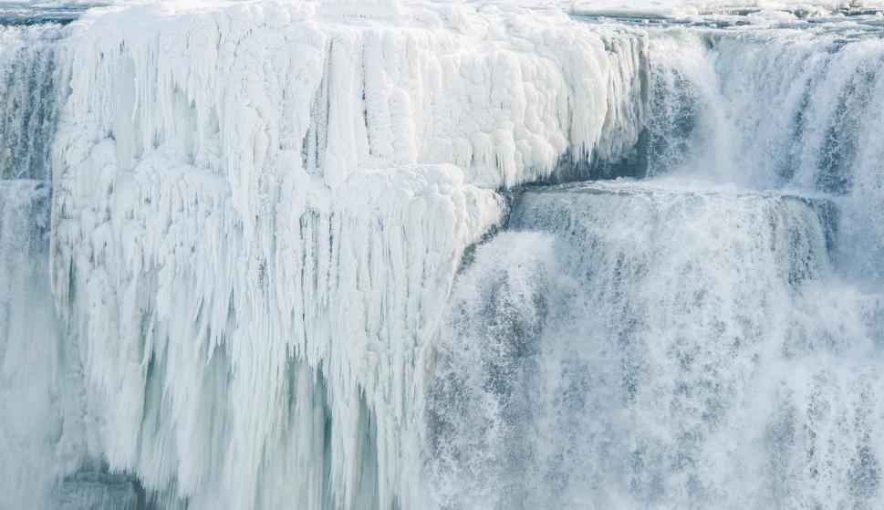 Gran parte de las cataratas quedó convertida en hielo. Foto: AFP