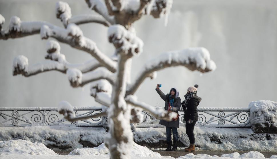 Los turistas aprovechar a capturar el fenómeno. Foto: AFP