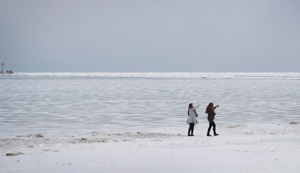 Las selfies no faltaron en el lago Michigan que se congeló totalmente. Foto: AFP