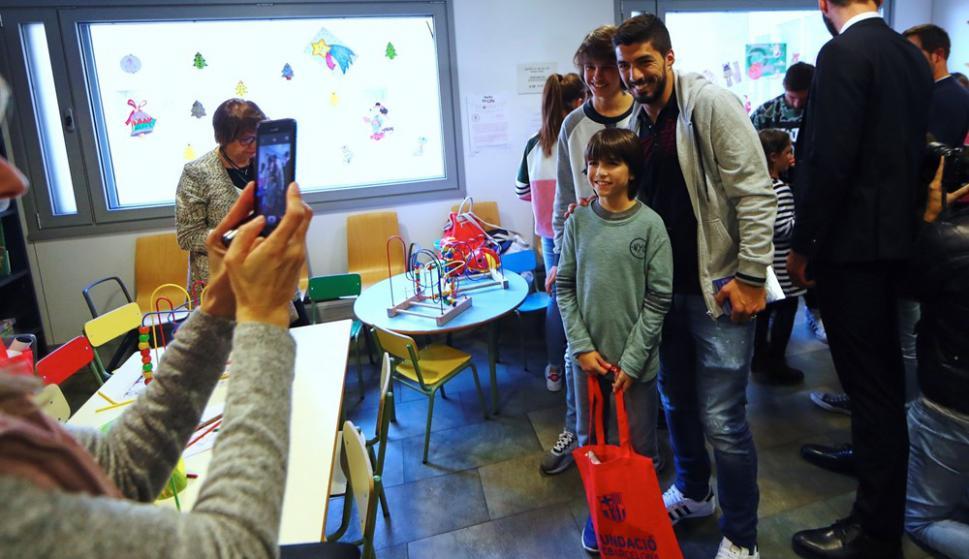 Suárez y Messi le dieron la sorpresa de Reyes a los niños del hospital. Foto: EFE