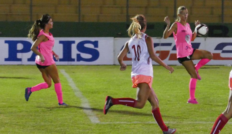 Vibrante: las modelos mostraron sus habilidades para el fútbol. Foto: R. Figueredo