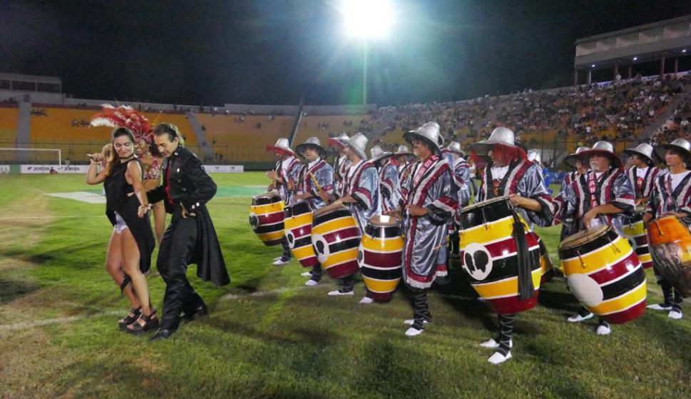 Una cuerda de tambores le pone color al evento. Foto: Ricardo Figueredo