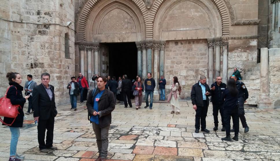 El ingreso a la basílica del Santo Sepulcro muestra un incesante flujo de fieles. Foto: D. Rodríguez