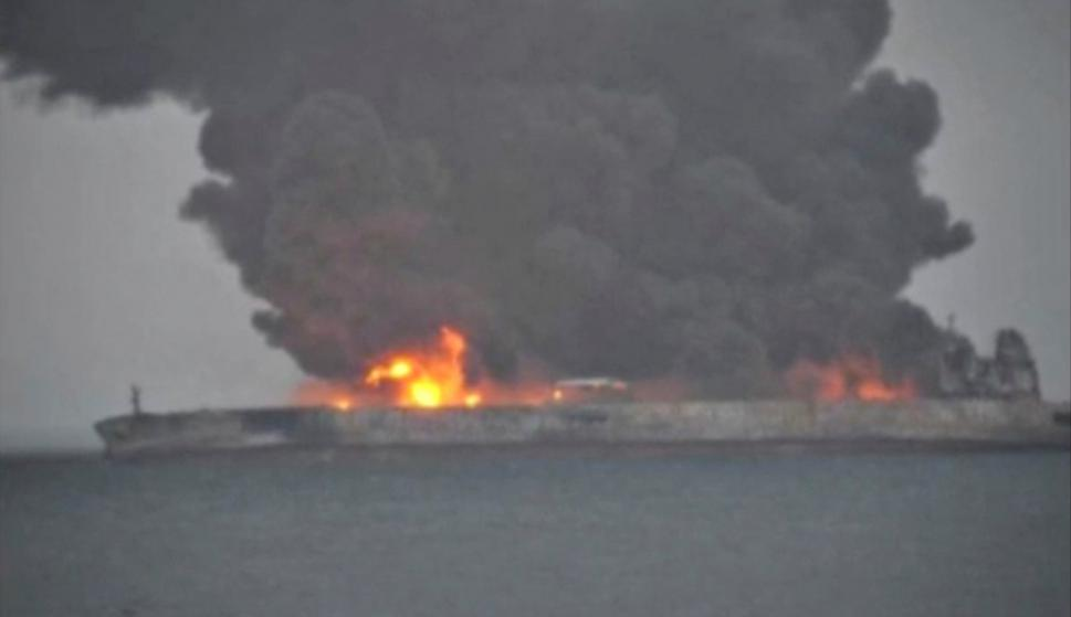 Barco petrolero iraní se incendia en las costas de China. Foto: Reuters.