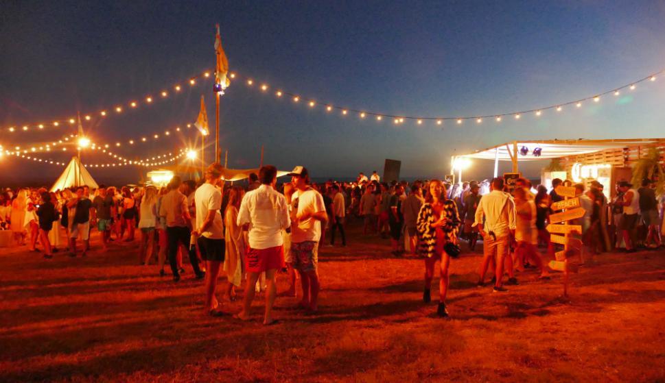 Campamento indio: se montó un círculo de carpas, food trucks y espacios para  comer y tomar. Foto: R. Figuerdo