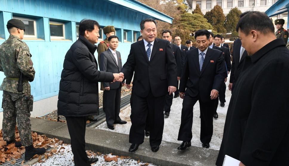 Los delegados de Corea del Sur y Corea del Norte arriban a la Zona Desmilitarizada. Foto: Yonhap vía Reuters.