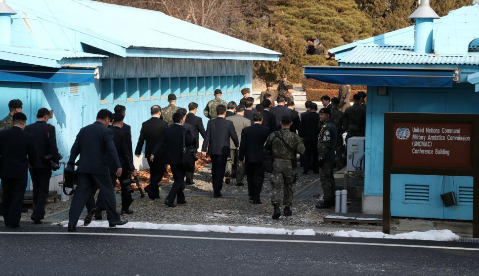 La delegación norcoreana llega a la Zona Desmilitarizada. Foto: Yonhap vía Reuters.