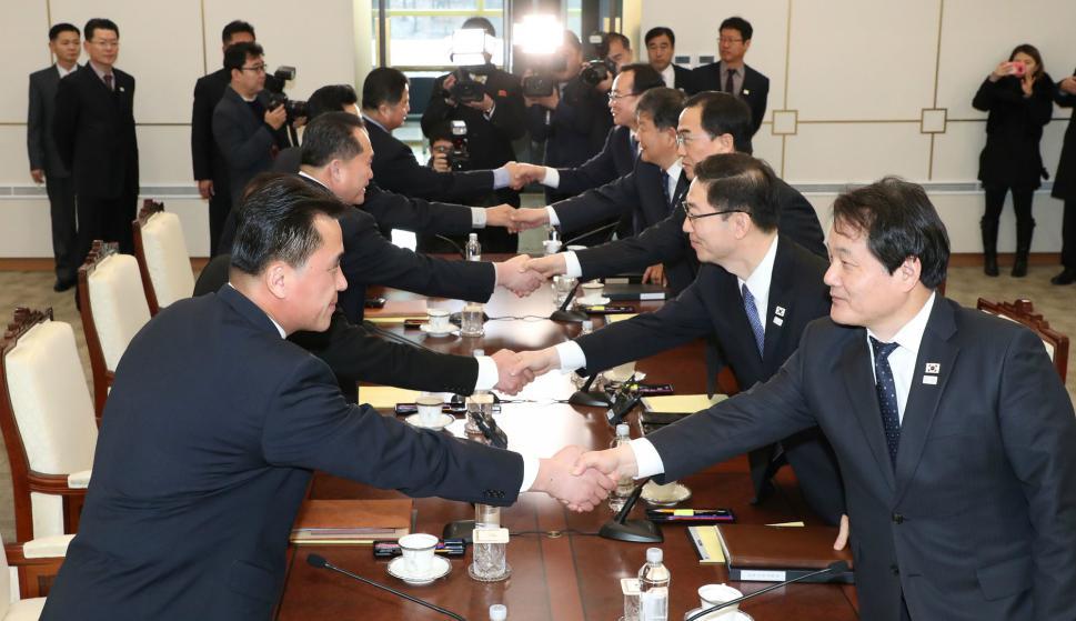 Delegados de Corea del Sur y del Norte se saludan en el inicio de la reapertura del diálogo. Foto: AFP.