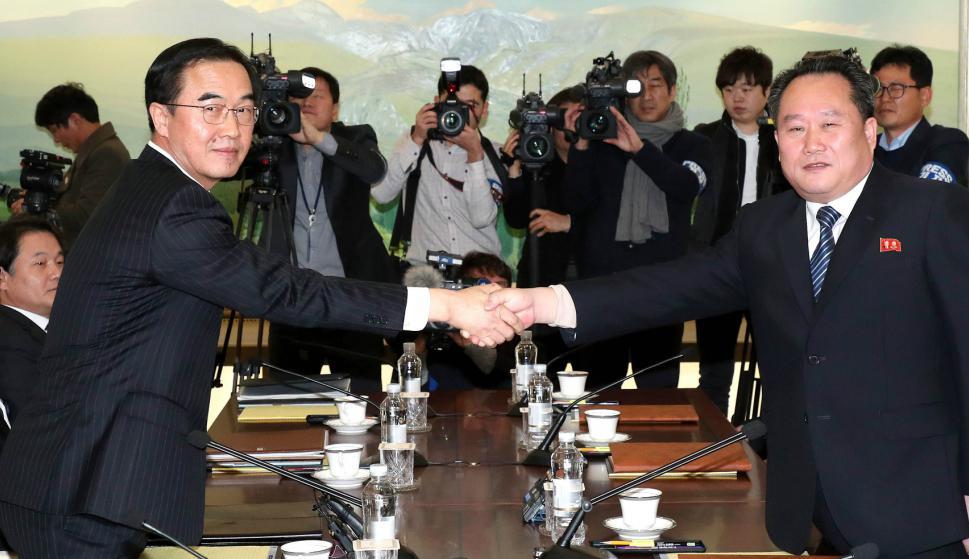 El ministro surcoreano de Unificación, Cho Myung-Gyun, saluda al delegado norcoreano Ri Son-Gwon. Foto: AFP.