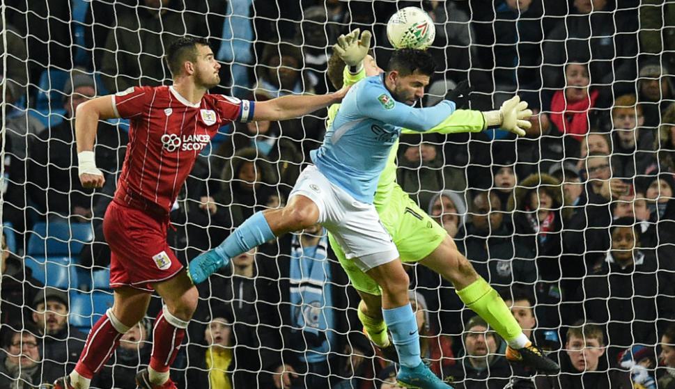 Sergio Agüero cabecea para darle la victoria al Manchester City. Foto: AFP