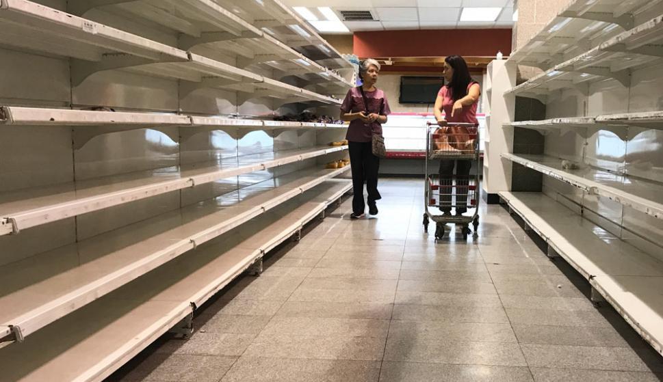 Escasez total: por la inflación, que superó el 2.000 %, con el ingreso básico se pueden comprar 30 huevos, un kilo de carne, uno de cebolla y uno de azúcar. Foto: Reuters