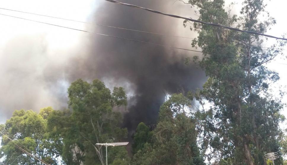Bomberos uruguayos combaten incendio en una fábrica al oeste de Montevideo