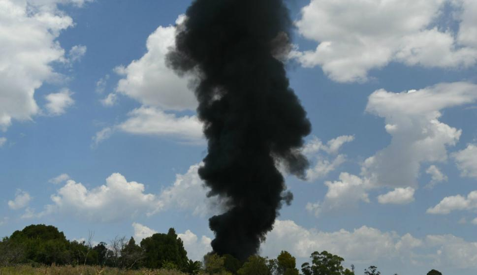 Personal de Bomberos trabaja en un incendio en una fábrica de lanolina