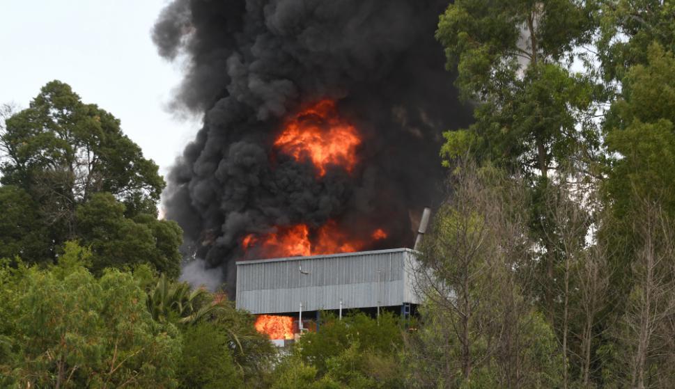 Bomberos trabajó durante horas para controlar el voraz incendio en la fábrica. Foto: Ariel Colmegna