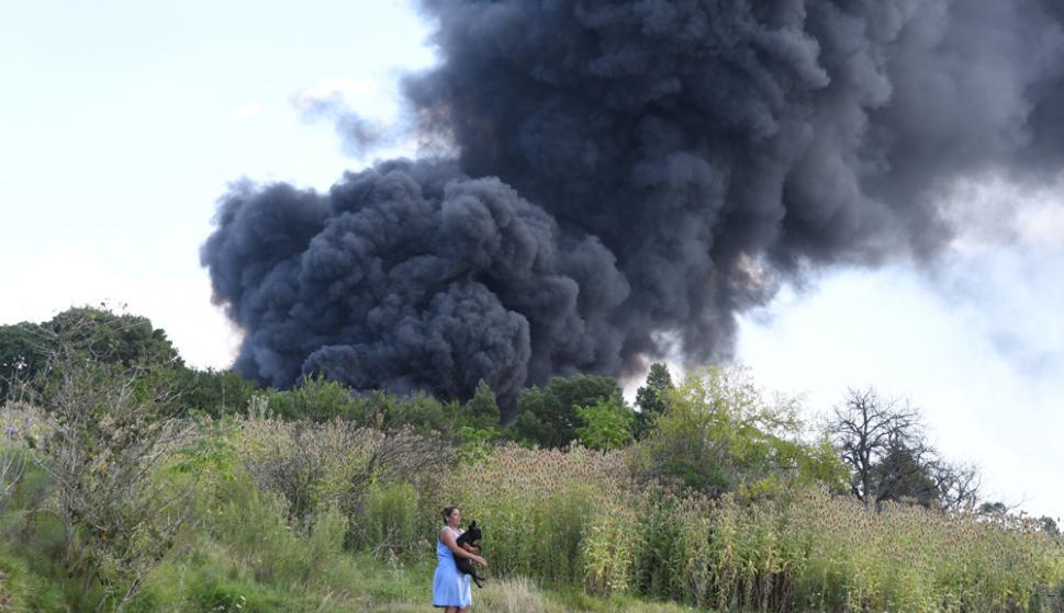 Una densa columna de humo era visible desde lejos, trabajaron 30 bomberos. Foto: A. Colmegna