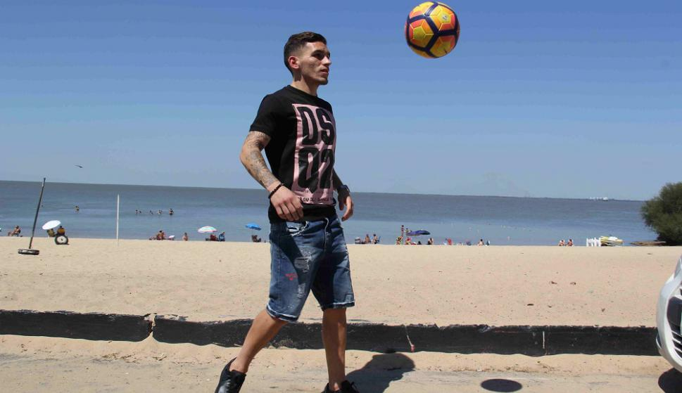 Jueguito. Lucas Torreira no se olvida de la pelota, durante sus breves vacaciones en Las Cañas, cerca. Foto: Daniel Rojas