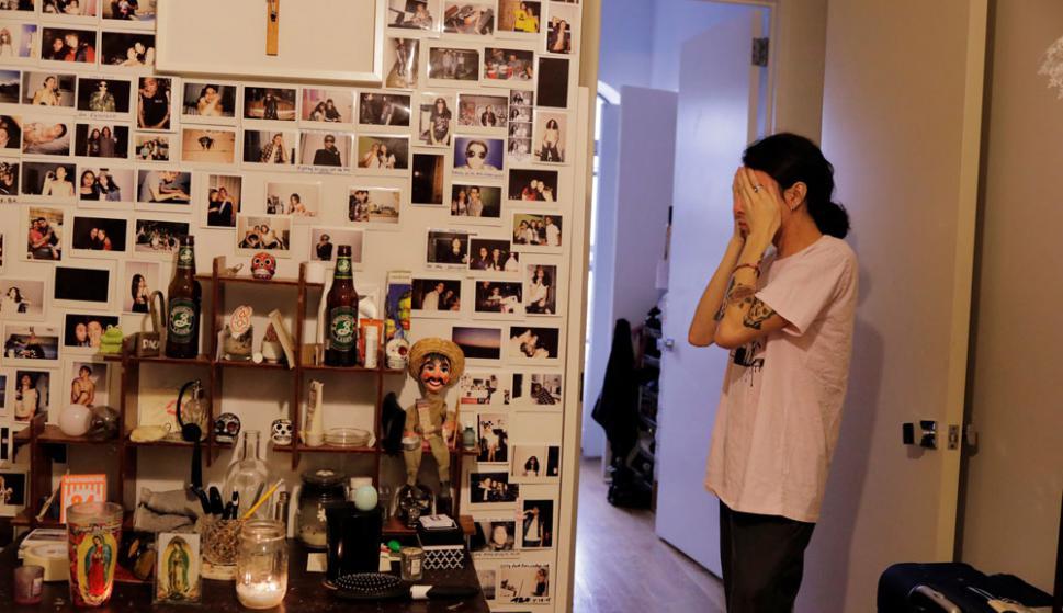Incertidumbre: Jovan Rodríguez, que se beneficia del DACA, en su departamento de Nueva antes de salir a trabajar. Foto: Reuters