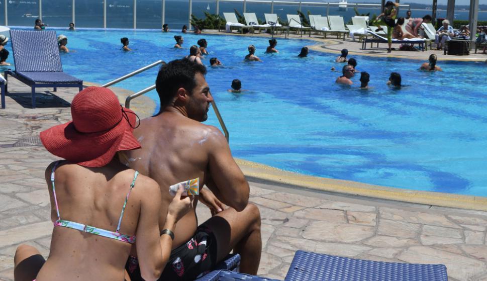 A dos aguas: la piscina de Enjoy Conrad fascina al turista argentino. Foto: D. Borrelli
