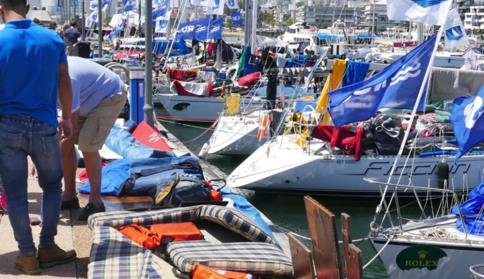 Tras el temporal decenas de veleros tuvieron que secar colchones y un sinfín de objetos. Foto. R. Figueredo