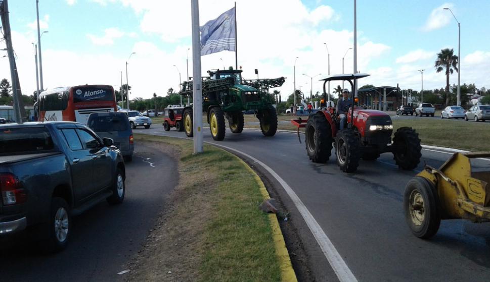 Gremiales del agro salieron a cortar las rutas en Salto. Foto: L. Pérez