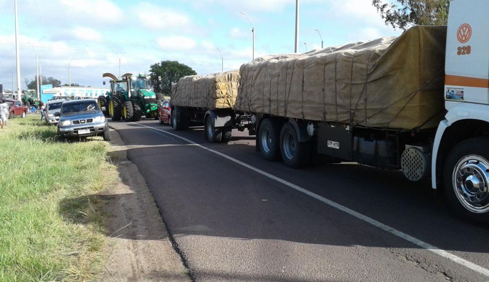 Gremiales del agro salieron a cortar las rutas en Salto. Foto: Luis Pérez