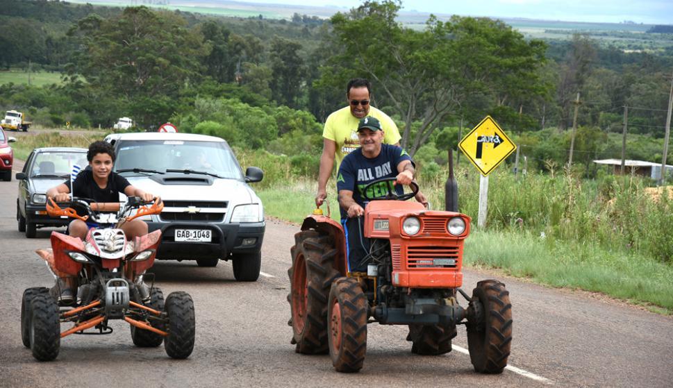 Gremiales del agro salieron a cortar las rutas en Artigas. Foto: Raúl Zapata