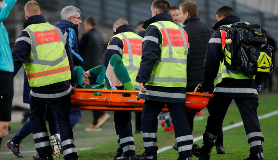 El arquero Alexandre Oukidja se retira lesionado. Foto: Reuters
