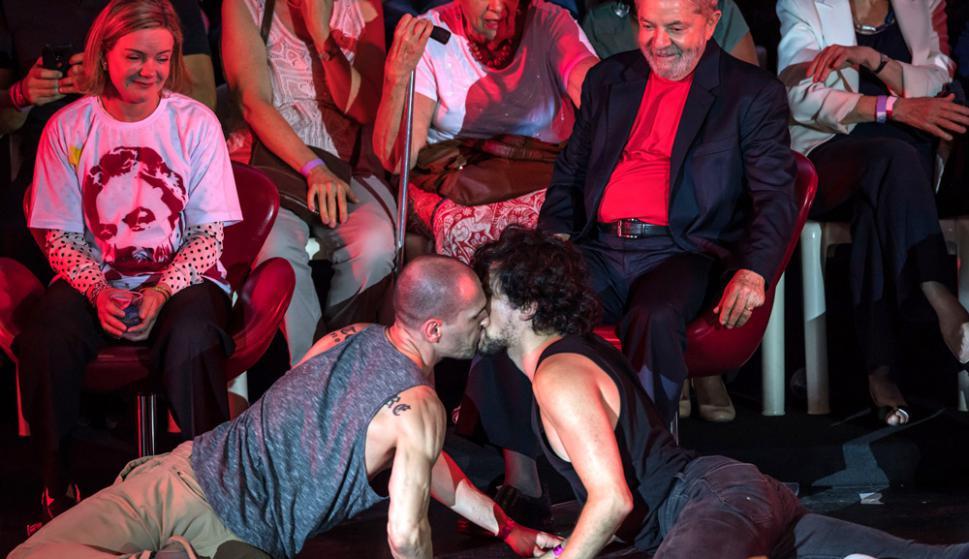 San Pablo: Lula observando una representación artística el jueves junto a un grupo de intelectuales. Foto: AFP