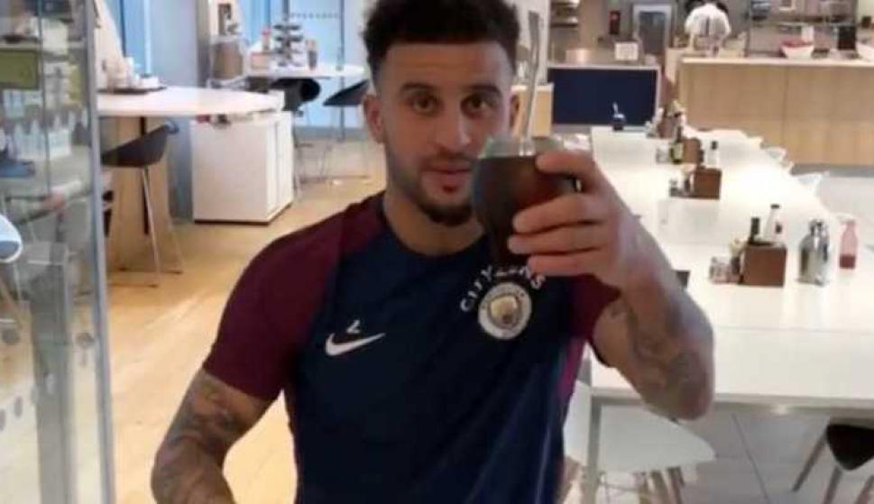 Kyle Walker tomando mate. Foto: Captura