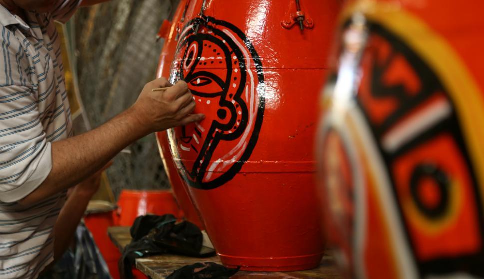"""Un sponsor otorga la pintura y los """"tamborileros"""" le dan la primera mano. Foto: Gabriel Rodríguez"""