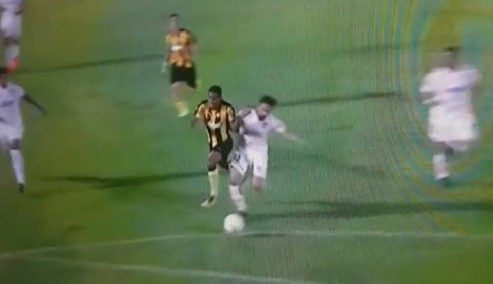 Falta de Zunino a Fidel Martínez al borde del área - Clásico Nacional vs. Peñarol. Foto: captura