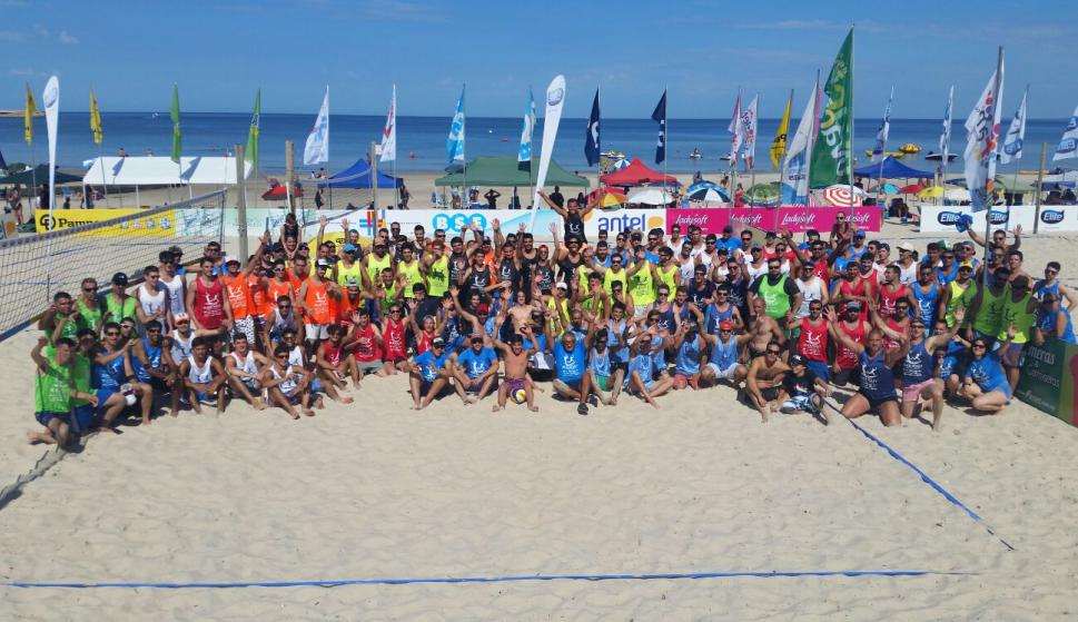 Los jugadores que disfrutaron de un fin de semana a puro beach volley.