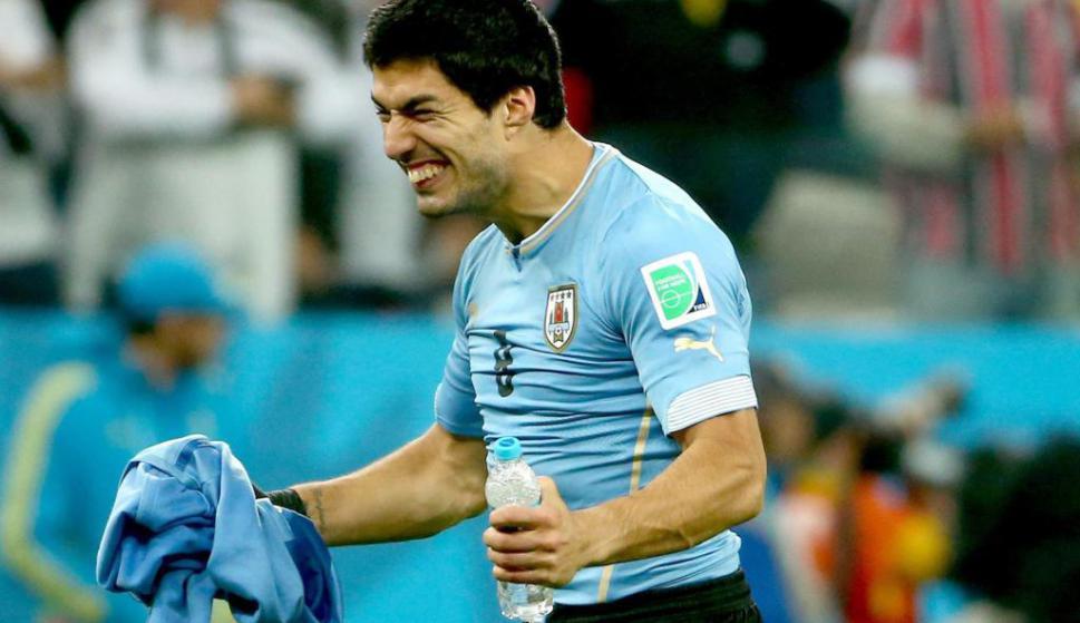Luis Suárez festejando la victoria sobre Inglaterra en el Mundial de Brasil. Foto: EFE