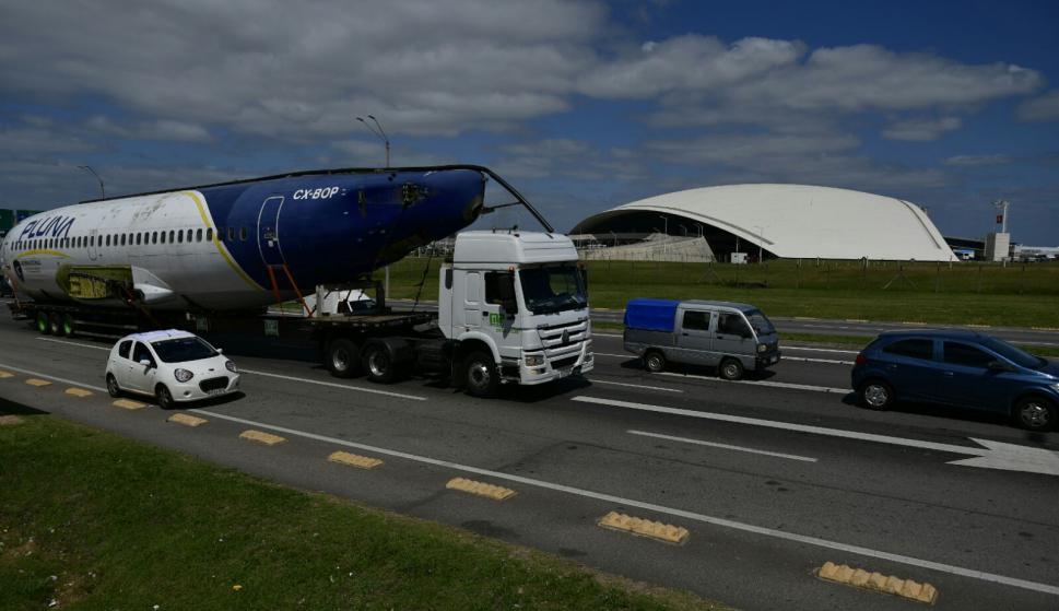 Trasladan avión de exPluna hacia Maldonado. Foto: Fernando Ponzetto